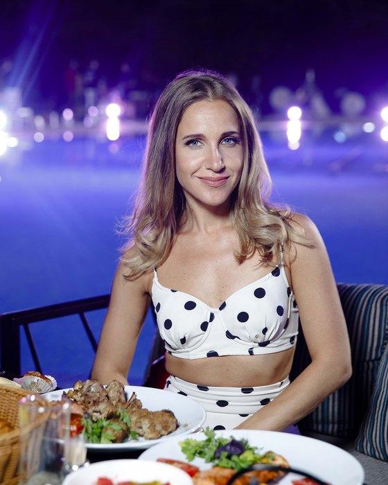 «Макияжа нет, лицо блестит»»: Ковальчук пришла в салон