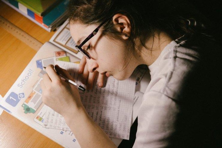 Элла делает домашнее задание поанглийскому языку Фото: Мария Гельман/VII Agency дляТД