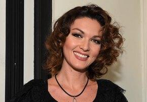 «В 40 лет жизнь только начинается»: Юлия Такшина позирует в платье с разрезом