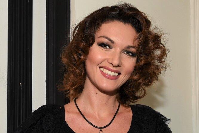 «В 40 лет жизнь только начинается»: Юлия Такшина позирует вплатье сразрезом