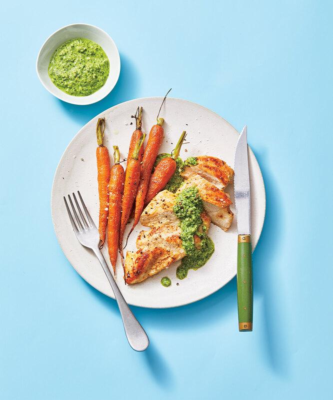 куриная грудка с запеченной морковью и мятным песто