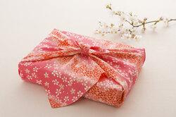 Экологично ипрактично: как упаковать подарок вткань втехнике «фурошики»