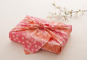 Экологично и практично: как упаковать подарок в ткань в технике «фурошики»