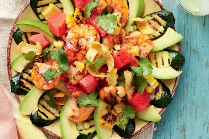 Салат с креветками, овощами-гриль и авокадо