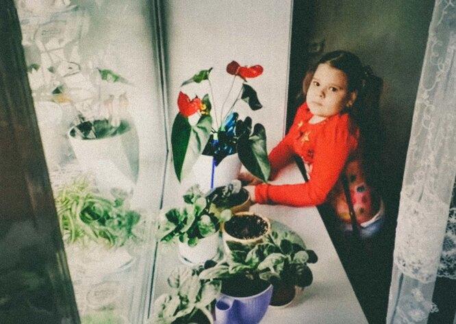 Настя стоит в ортезах. Ей очень нравится стоять. Ортезы появились после операции на стопы, Настя стоит в них по три часа в день — в это время она читает, рисует, делает платья куклам Фото: Мария Ионова-Грибина для ТД