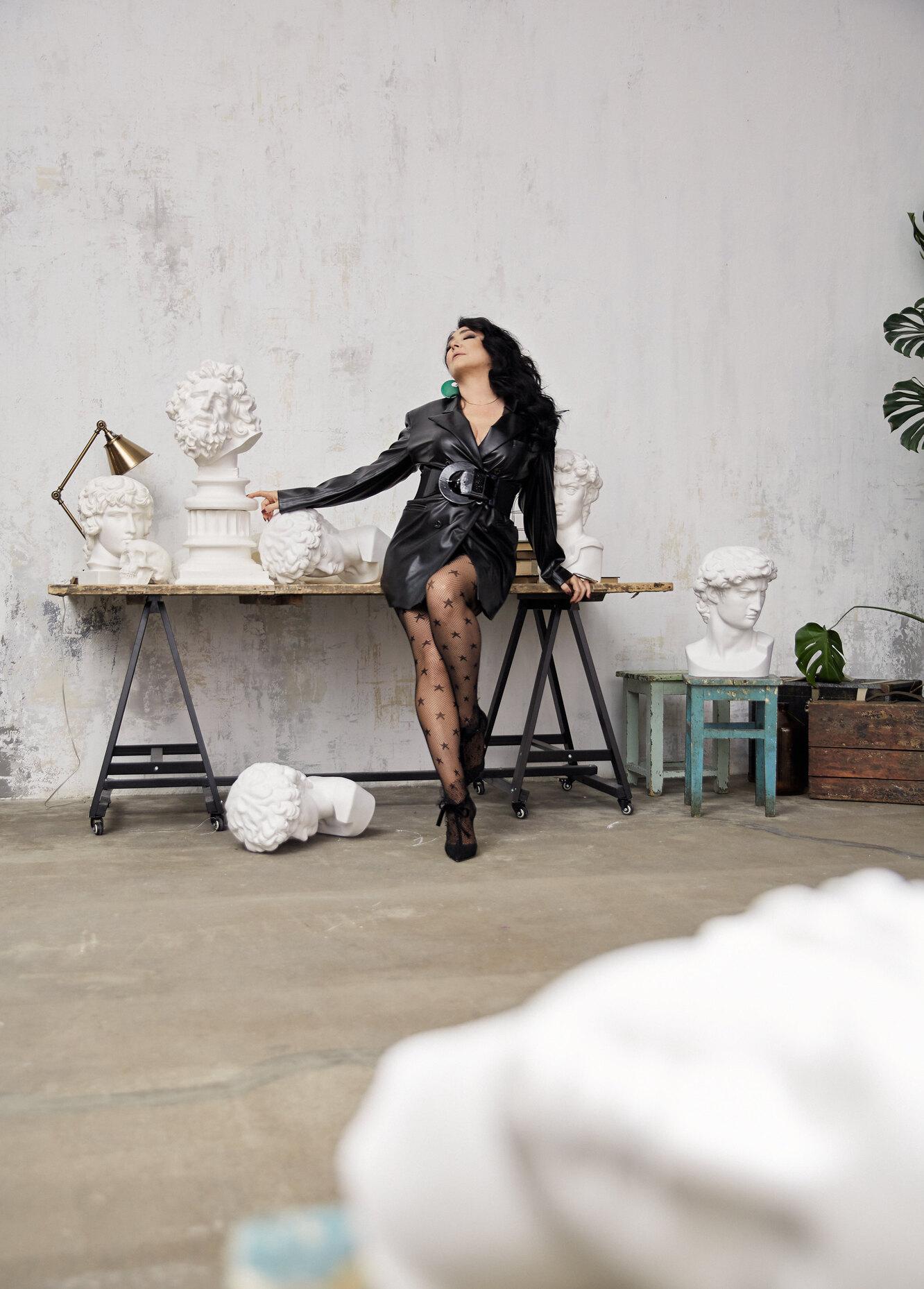 Жакет ARTEM KRIVDA; ремень IGOR GULYAEV; колготки Incanto; туфли Jimmy Choo