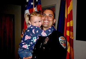 Полицейский спас девочку от домашнего насилия, но не позволил ей расти в приюте