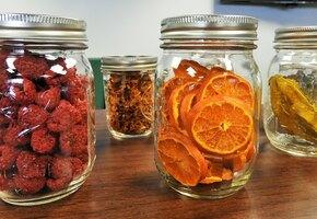 Яблочные чипсы и сушёные ягоды: что такое дегидратор и как им пользоваться