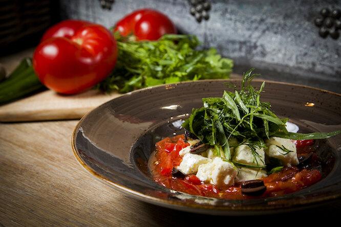 Салат с цицмати и сыром сулугуни