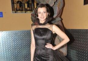 «Морской бриз». Екатерина Шпица позирует в платье с глубокими вырезами