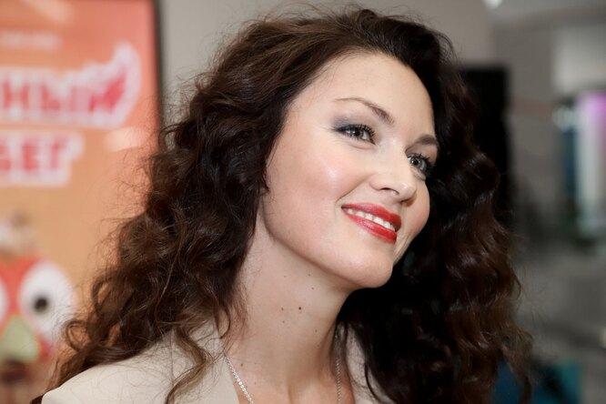 «Бомбически красиво»: 40-летняя Юлия Такшина показала грудь вкружевном лифчике