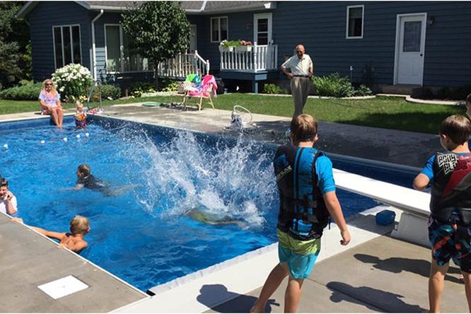 Пенсионер построил бассейн, чтобы избавиться отодиночества