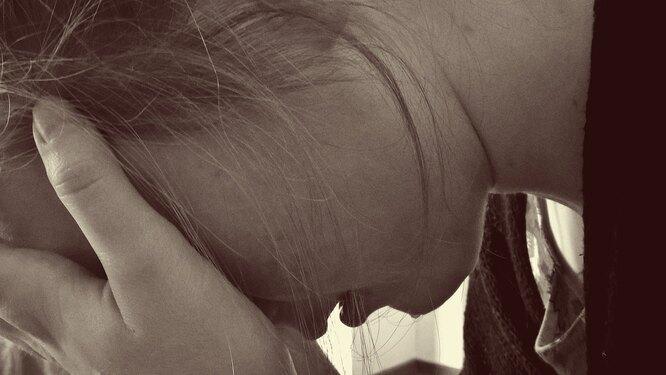 женщина закрыла лицо, женщина отчаяние, болезнь, сердце