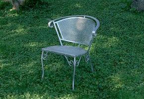 В этом американском городке на лужайках стоят пустые стулья – и вот по какой причине