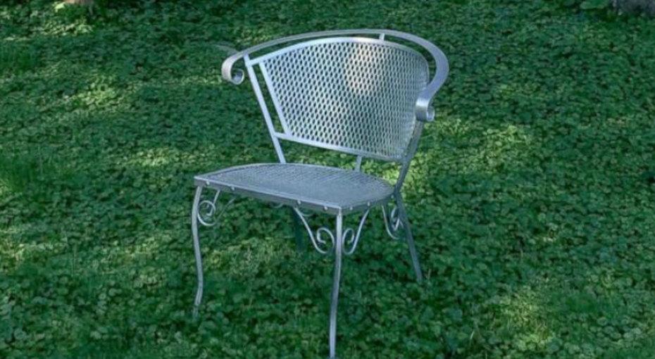 В этом американском городке налужайках стоят пустые стулья - ивот покакой причине