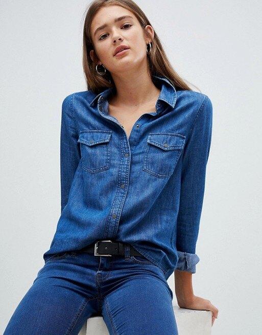 девушка в джинсовой рубашке и джинсах