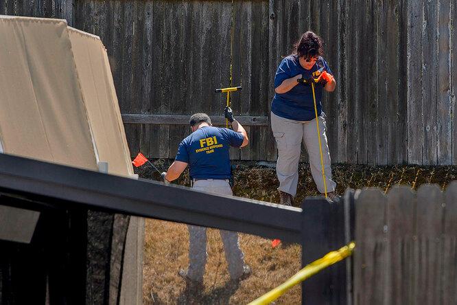 Правоохранительные органы исследуют доказательства в доме подозреваемого  Джозефа Джеймса ДеАнджело