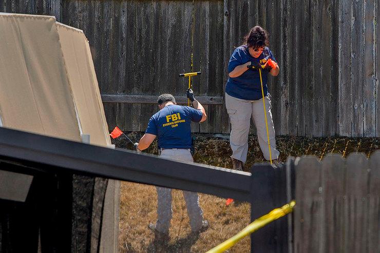 Правоохранительные органы исследуют доказательства вдоме подозреваемого Джозефа Джеймса ДеАнджело