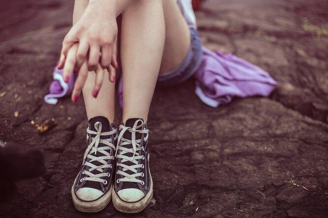 девушка сидит, ноги в кроссовках, женские ноги, женские ноги кроссовки