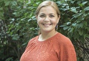 «Соблазнительная пионерка»: 41-летняя Ирина Пегова в пионерском наряде поздравила Евгению Добровольскую с днем рождения