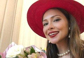 «Красиво и без пошлости»: Настасья Самбурская позирует в алом платье