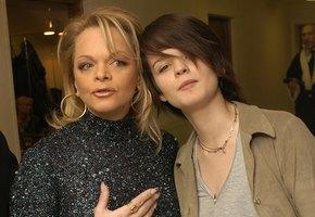 «Невероятно похожи с Ларисой Долиной»: дочь певицы выложила фото с бабушкой, сделанное 26 лет назад