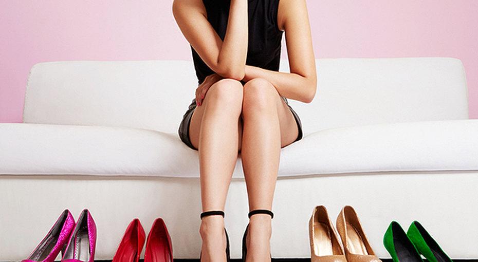 Уже немодно: женщины отказываются оттуфель накаблуках впользу кроссовок