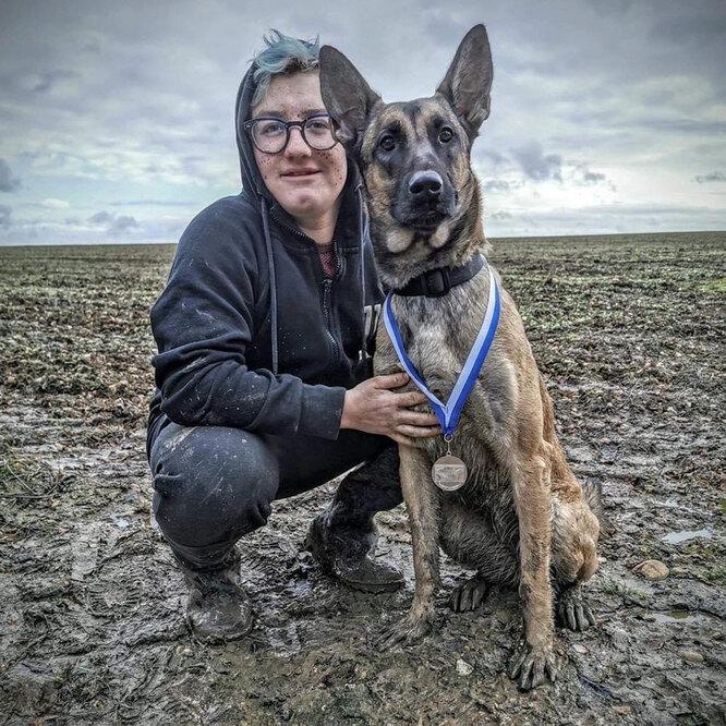 Тоби Карриер со своей собакой - Нелли