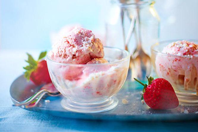 Самодельное мороженое с безе и клубникой