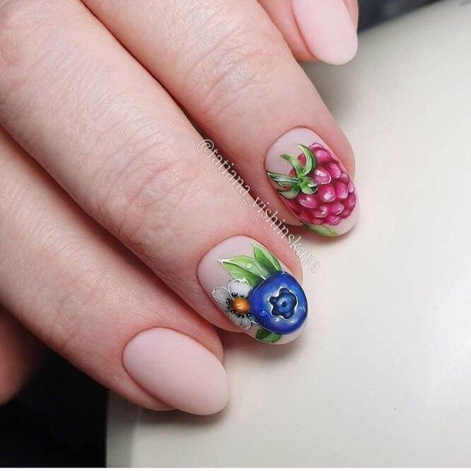 маникюр с рисунком в виде ягод