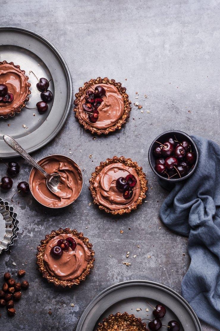 Тарталетки с вишней и шоколадным кремом