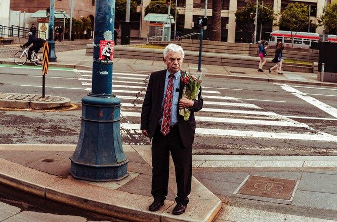 мужчина с букетом. День святого валентина, цветы на 14 февраля