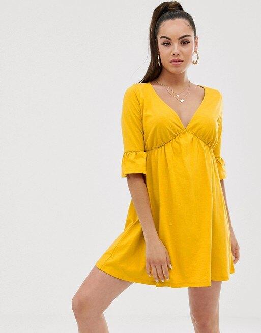 модель в желтом платье