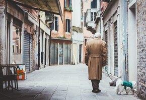 Трогательный клип про пенсионера и пса помогает собрать деньги одиноким старикам
