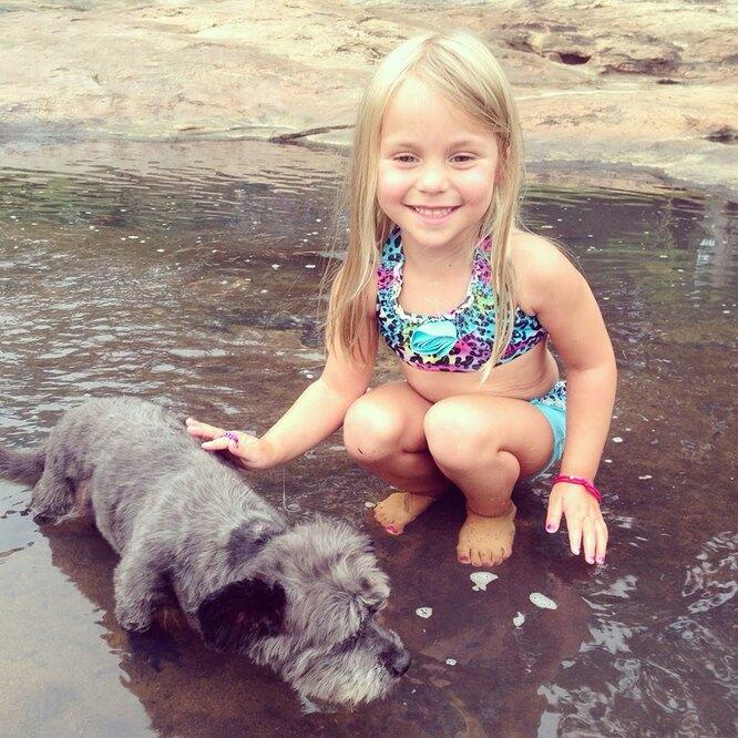 собака и девочка