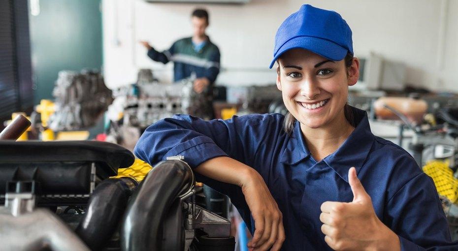 Министерство труда разрешило женщинам работать дальнобойщиками, машинистами, боцманами иеще по355 профессиям