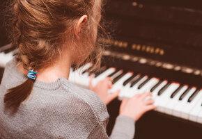 2-летний малыш не может сдержать слез, когда сестра играет «Лунную сонату»