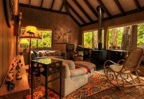 Интерьер загородного дома с печкой или камином