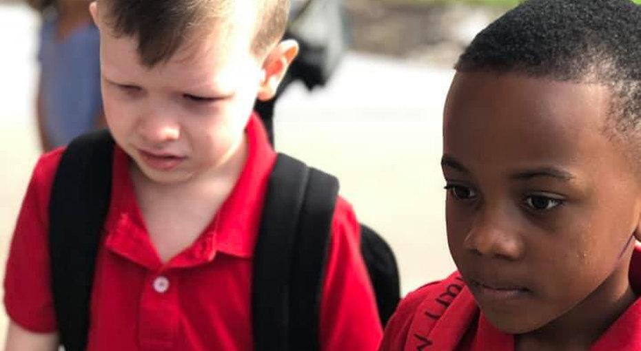 Одноклассник поддержал плачущего мальчика саутизмом - ивсе благодарят его маму