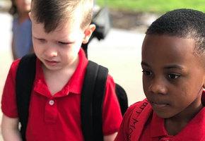 Одноклассник поддержал плачущего мальчика с аутизмом - и все благодарят его маму