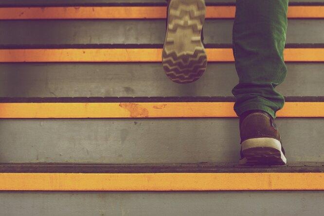 ноги, ноги на лестнице, ноги в кроссовках, шаги, шаги по лестнице