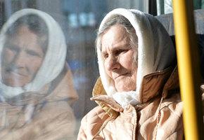 Британские ученые просят не уступать бабушкам место - по вполне разумной причине