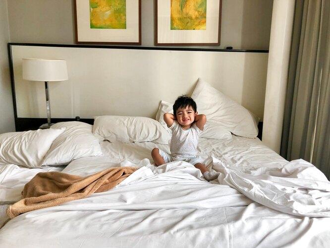 ребенок на кровати