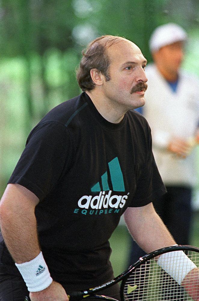 Александр Лукашенко играет в теннис