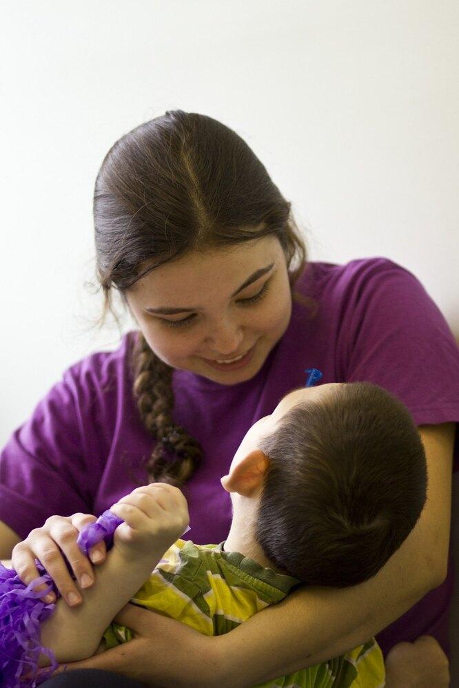 """Волонтер """"Перспектив"""" с ребенком из интерната"""