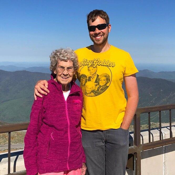 бабушка с внуком на фоне неба и гор