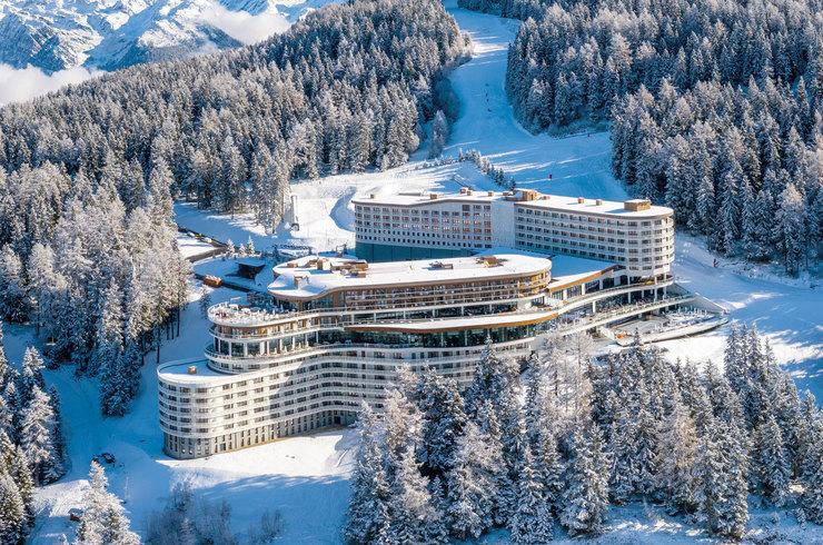 Отель Les Arcs Panorama выплывает насклон словно корабль – сбассейном наборту