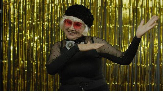 пожилая женщина танцует