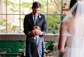 До слез: ребенок увидел мачеху в свадебном платье