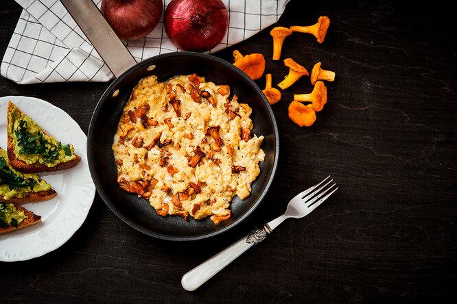 Рецепт омлета-скрэмбл с лисичками